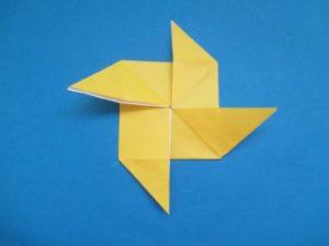 折り紙で風車の作り方。簡単に折り紙1枚で出来るよ♪