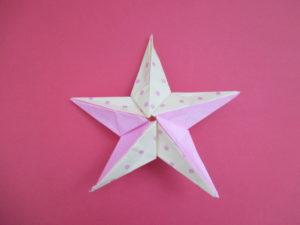 折り紙で星を立体に折る方法。5枚の折り紙を繋げて作ってみよう♪