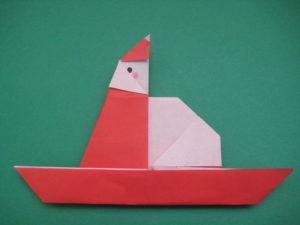 そりに乗ったサンタの折り紙。一枚でソリに乗った平面のサンタクロースの作り方。