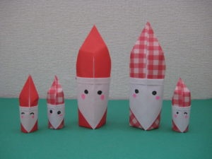 折り紙でサンタクロースの自立する折り方。簡単に立体のサンタの指人形が完成♪幼稚園や保育園の幼児にもオススメ!