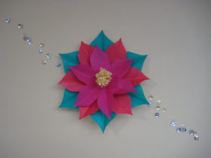 ポインセチアの折り紙。立体で簡単な作り方。クリスマスの切り絵にもオススメ♪